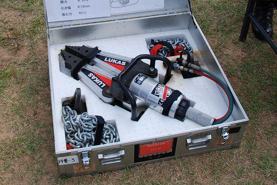 収納箱の収められた大型油圧スプレッダー